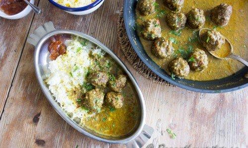 Servera lammköttbullarna i currysåsen med gott basmatiris, mango chutney och andra tillbehör som raita och naanbröd om du vill.
