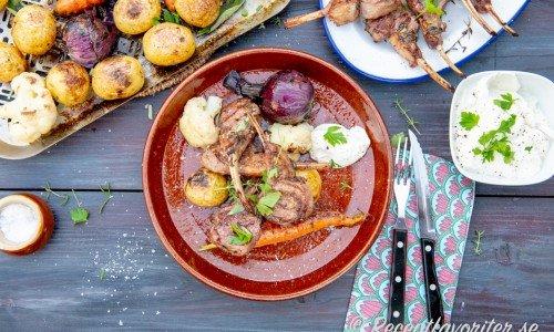 Lammracks med getostkräm, grillad potatis, morot, knipplök och blomkål.