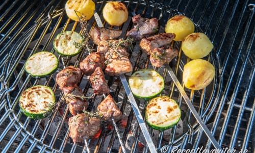 Ett alternativ till att ha som tillbehör är grillad skivad zucchini och grillade hela kokt potatisar. Komplettera med en god sallad till också.