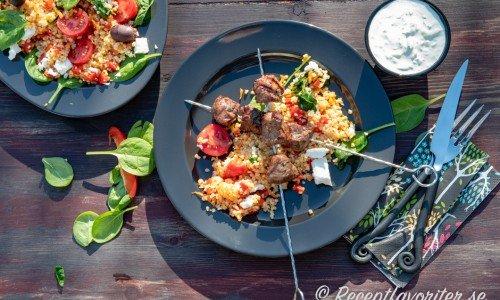 Lammspett med tzatziki och en bulgursallad med fetaost och kalamataoliver med inspiration från Grekland.