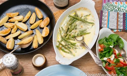 Sås och grönsakstillbehör i ett. Ett förslag är att komplettera bönorna med klyftpotatis och en sallad med tomat, mozzarella, spenat och basilika.