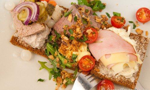 Landgång med rostbiff, leverpastej, rostad lök, skinka och ost med mera.