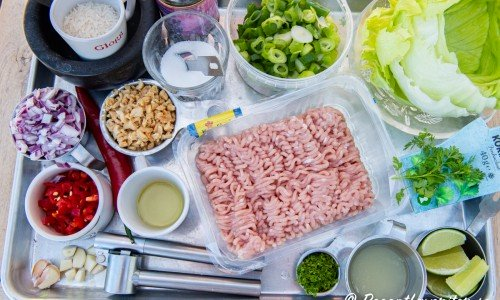 Ingredienser till Larb - vitlök, röd chili, ris att rosta, jordnötter, matolja, socker, fisksås, färs, rivet limeskal, limesaft, isbergssallad, färsk koriander och så har man mynta också.