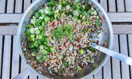 Färsen tillagas i en panna med höga kanter eller wok.