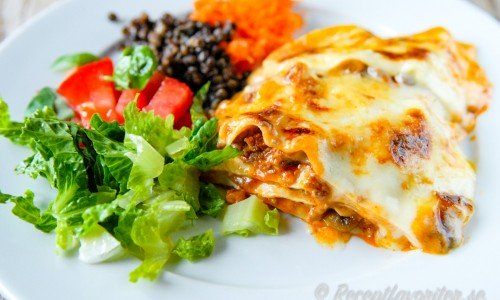 Laga en stor form klassisk lasagne för åtta.