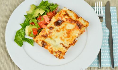 Servera gärna lasagnen med en sallad - förslag är grönsallad samt tärnad tomat och avokado.