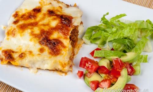 Lasagne med ostsås är gott med grönsallad, avokado och tomat till.