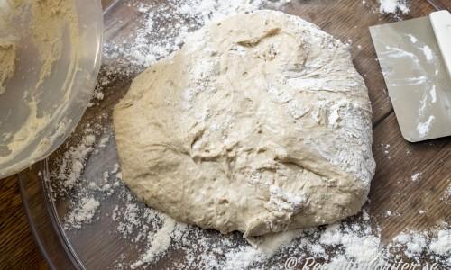 Degen har jäst och är redo att knådas ihop och formas till ett bröd.