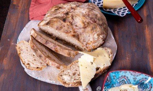 Lättbakat rågsiktsbröd med färdig surdeg.