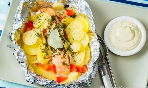 Ett serveringsförslag för pestosåsen är med lax i folie
