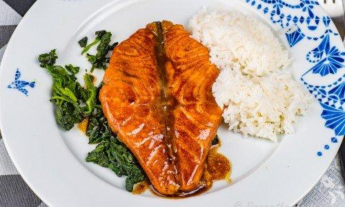 Laxfjärilar med soja- och sesamsås på tallrik med ris och spenat.