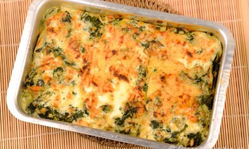 Lasagne med rökt lax, spenat, Bechamelsås, ost och gröna lasagneplattor.