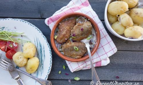 Servera lertallriksillen med kokt färskpotatis, delikatesspotatis eller skalpotatis.