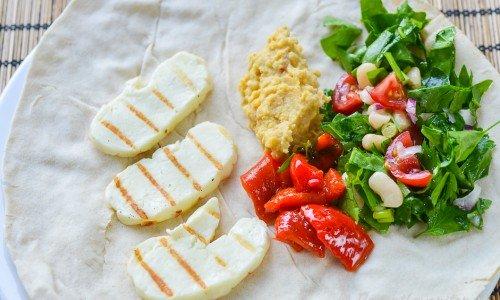 Libabröd med grillad halloumi-ost, grillad paprika, hummus, babyspenat, persilja, rödlök, vita bönor och salladslök.