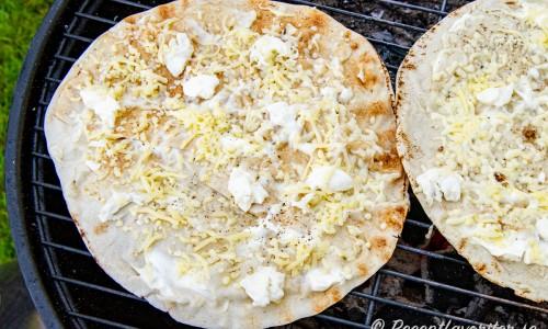 Libabröden gräddas färdigt på grillen så osten smälter och brödet blir knaprigt.