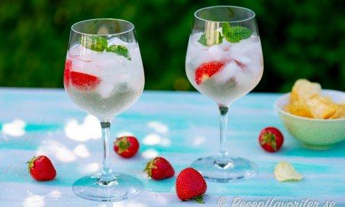 Lillet Blanc cocktail med jordgubbar och mynta