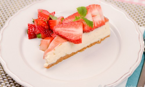 Servera cheesecaken med enbart färska jordgubbar, jordgubbssylt eller andra färska bär eller sylt.