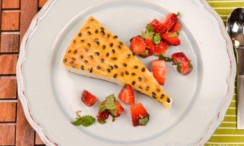 Limecheesecake med passionsfruktsgelé och färska jordgubbar.