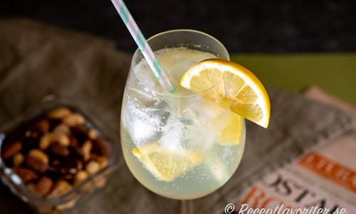 Limoncello Fizz cocktail i vinkupa