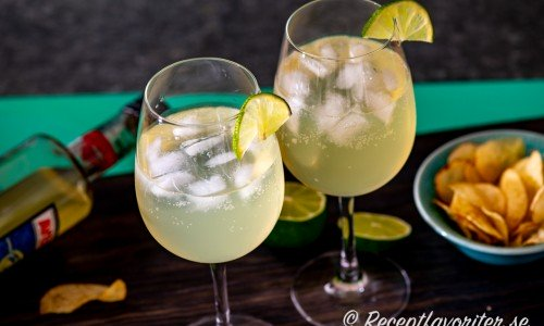 Limoncello Spritz i vinglas med is och lime