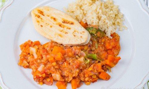 Linsgryta med quornfilé och quinoa på tallrik