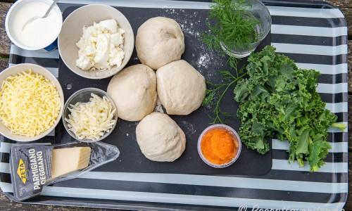 Ingredienser till löjromspizzorna: créme fraiche, riven mozzarella, parmesan, riven pecorino, grovt delad färsk mozzarella, deg, dill, löjrom och grönkål.
