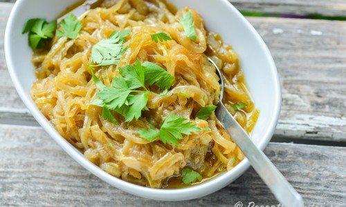 Lökconfit - lök som fått koka i olivolja blir söt och mjuk - passar som röra och tillbehör till det mesta men mest kött, kyckling, gris, grillat, vilt osv.