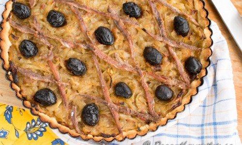 En snabb och enkel variant på klassisk fransk lökpaj eller pizza - Pissaladiere