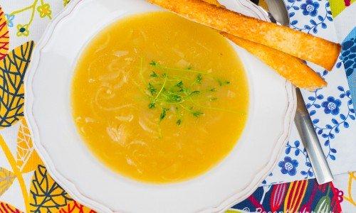 Löksoppa i tallrik med krutonger