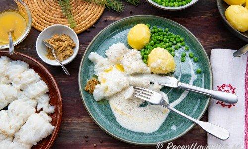 Lutfisk på tallrik med sås och potatis