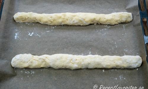 Degen till skorporna formad till två längder som bakas på plåt.