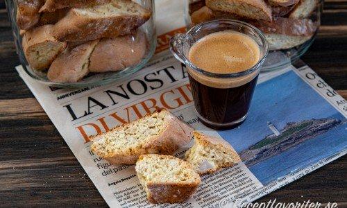 Mandelbiscottis eller Italienska mandelskorpor serverade med en dubbel espresso till fika.
