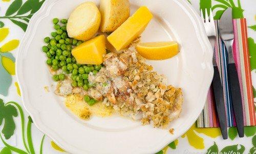 Fisk med mandel, kokt potatis, ärtor och citron.