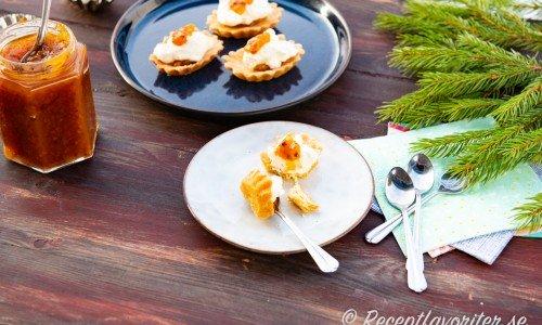 Fyllda mandelmusslor med hjortronsylt och grädde