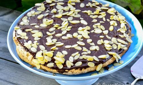 Bred ut chokladkrämen till tårta, som fyllning eller det du önskar och låt den stelna.