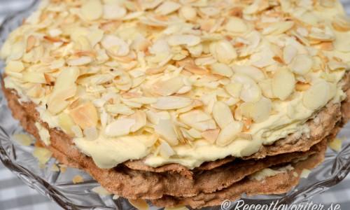 Tårta med mandelbottnar, smörkräm och rostad flagad mandel.