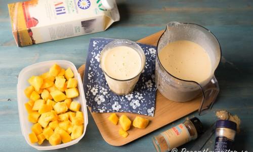 Med fryst mango i bitar, A-fil och lite kryddor mixar du snabbt en god nyttig smoothie. Du kan ta färsk mango och annan vätska som mjölk eller juice - det mesta funkar.