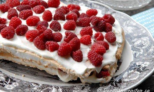 Marängbotten som tårta med grädde och hallon