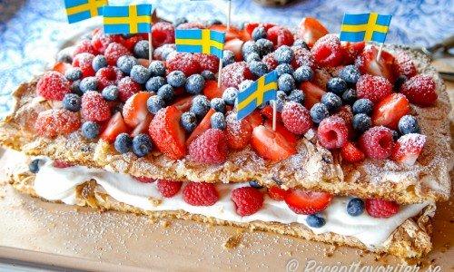 Marängtårta med jordgubbar, hallon och blåbär