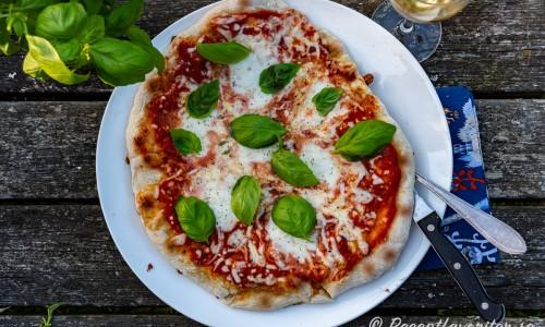 Margherita pizza är den enklaste pizzan med enbart tomatsås och mozzarella-ost. Vanligt är också färsk basilika på toppen.