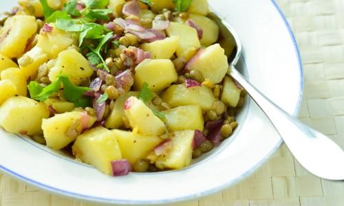 Marinerad potatis med linser, vitlök och rödlök
