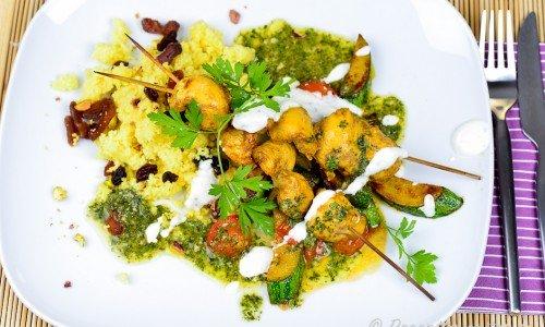 Marockanska kycklingspett med tillbehör som couscous, zucchini, tomat, yoghurtsås och chermoula.