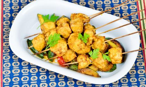 Kycklingspetten får fin färg och smak av bland annat saffran, spiskummin, citron och paprika.