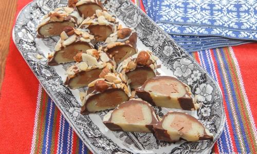 Marsipanlimpa med nougat och choklad toppad med nötter i bitar