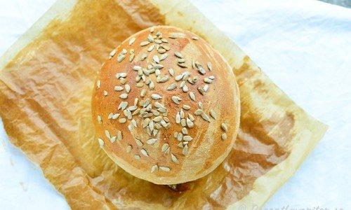Baka runda halvstora matbröd eller frallor med skållat rågmjöl och vetemjöl. Här med solrosfrön på toppen.