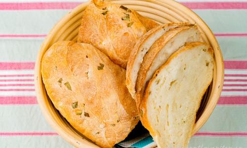 Matbröd med örter i brödkorg