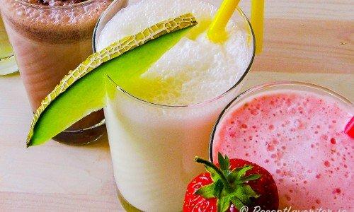 Melonmilkshake i glas garnerad med en skiva melon