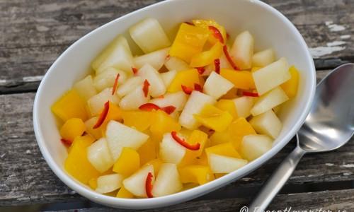 Melonsalsa - en slags melonsallad - här med honungsmelon, gul paprika och röd chili.