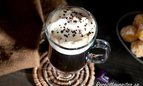 Mexican Coffee i glas med lättvispad grädde