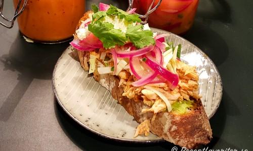 Mexikansk macka eller sandwich med kyckling på tallrik